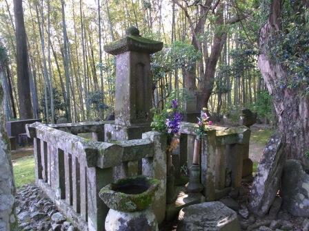山田有栄の墓.jpg